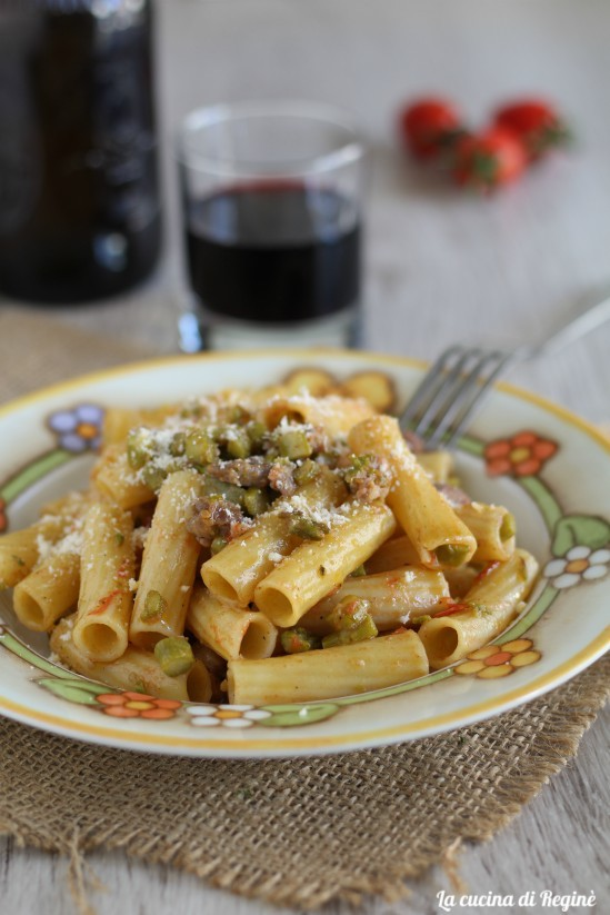 Pasta con sugo di asparagi e salsicce