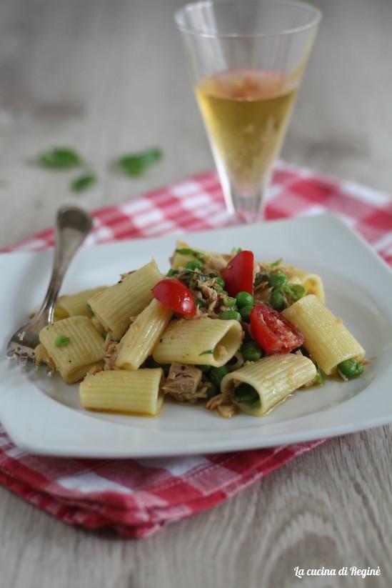 Insalata di pasta con tonno, piselli e pomodorini
