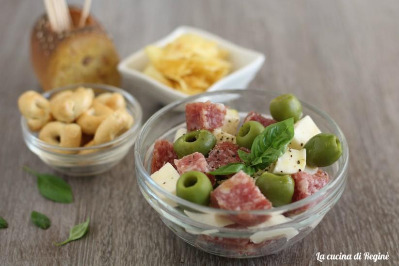 Insalata di mozzarella, salame e olive