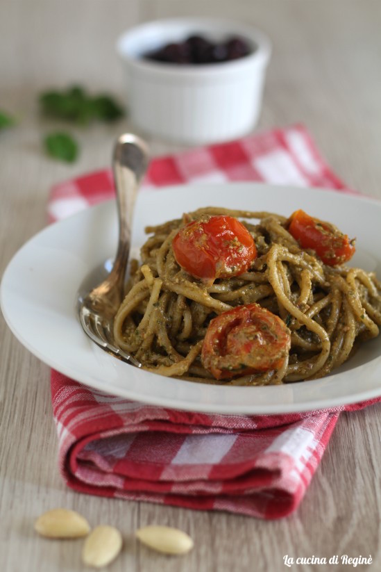 Pasta al pesto di olive e mandorle