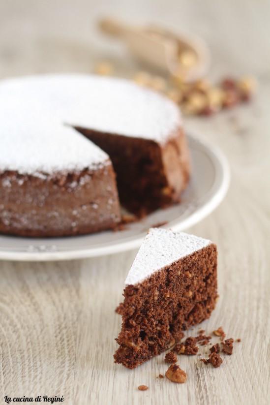 Torta cioccolato e nocciole tritate