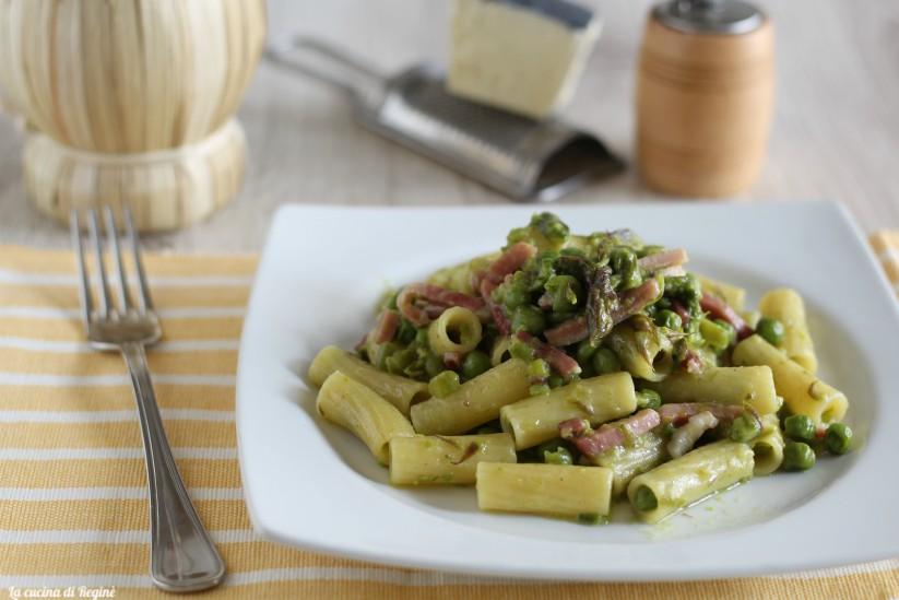 Pasta con asparagi, speck e piselli