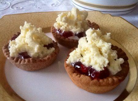 Tartellette con gelatina di melograno e ganache bianca