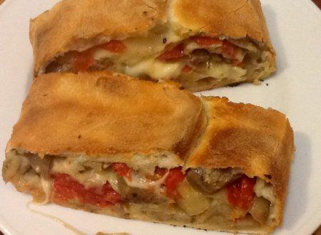 Pizza arrotolata con melanzane, mozzarella e pomodoro