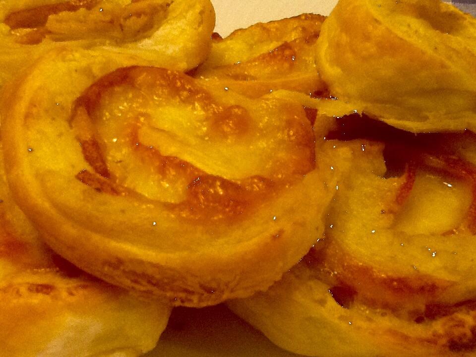 Girandole di sfoglia con patate, mortadella e mozzarella