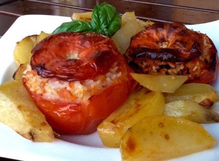 Teglia di pomodori con il riso, patate e zucchine