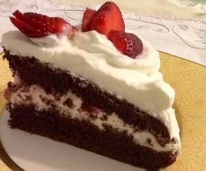 Torta al cioccolato fragole e panna