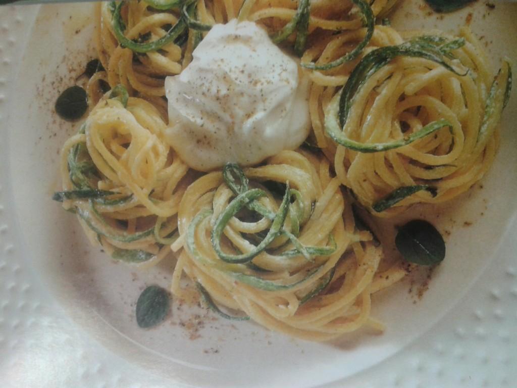 spaghetti con zucchine e maggiorana