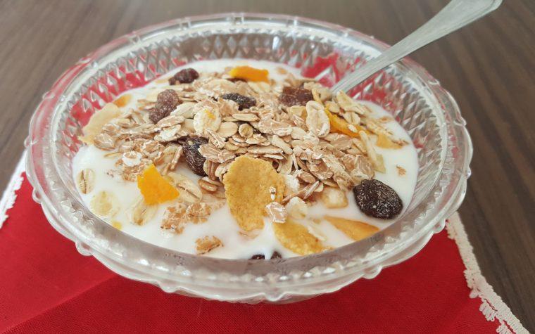 Coppette di frutta yogurt e muesli