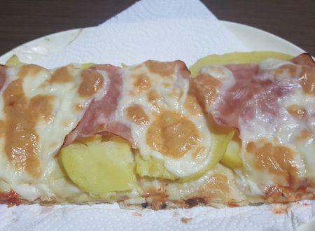 Pizza patate e prosciutto cotto