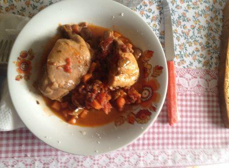 Pollo alla cacciatora siciliana con pinoli, uvetta e capperi