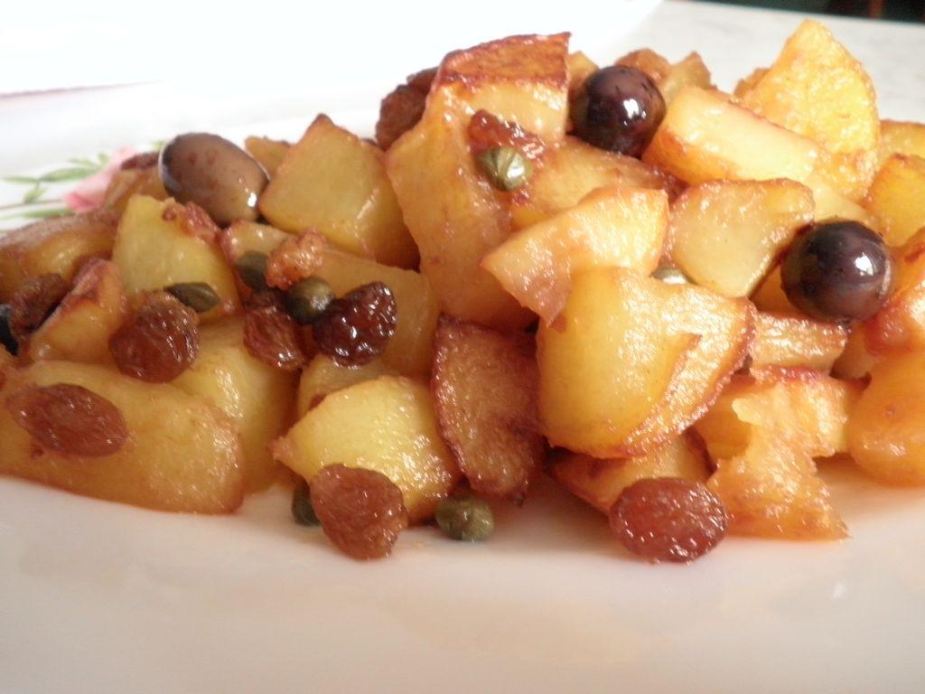 Patate in agrodolce con olive, capperi e uvetta