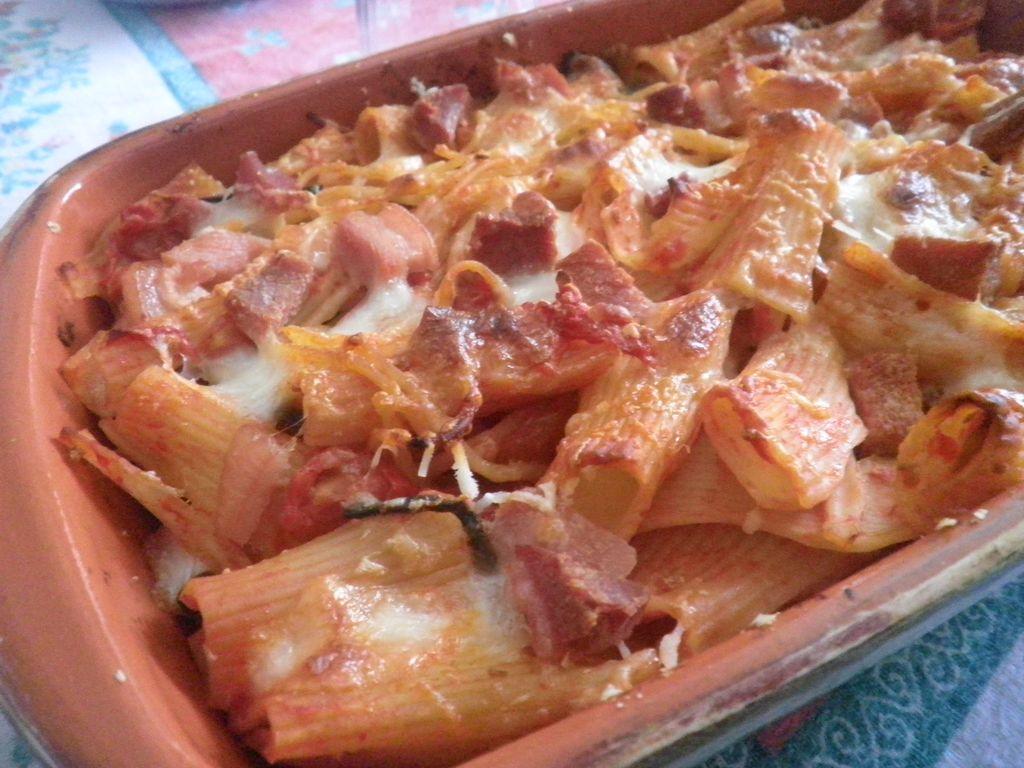 Doppia pasta al forno con fagiolini serpentini in terracotta - Forno di terracotta ...