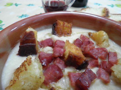 Vellutata di verza e fagioli con Dolcemagro croccante e crostini di pane
