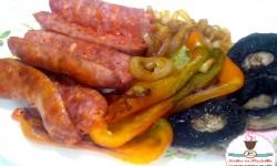Grigliata mista di verdure e salsicce su Pietra Ollare