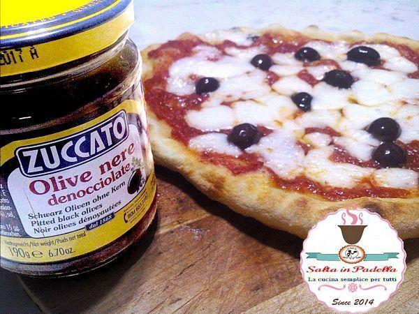 Pizza Margherita con olive nere e mozzarella