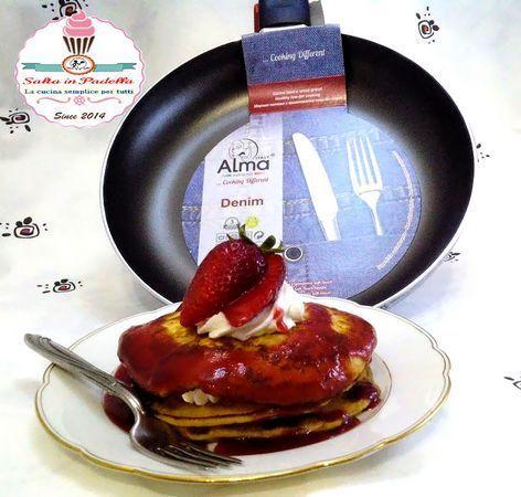 Pancake con panna e coulis di fragole