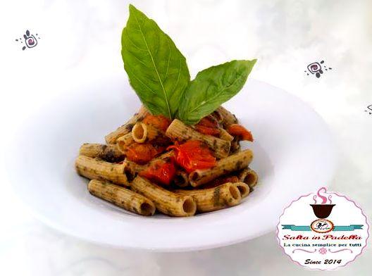 Rigatoni integrali con pesto di basilico e pomodorini