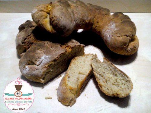 Tradizionale Pane tipo Matera a forma di cornetto
