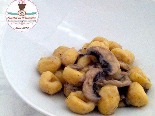 Gnocchi profumati con crema di parmigiano funghi e tartufo nero