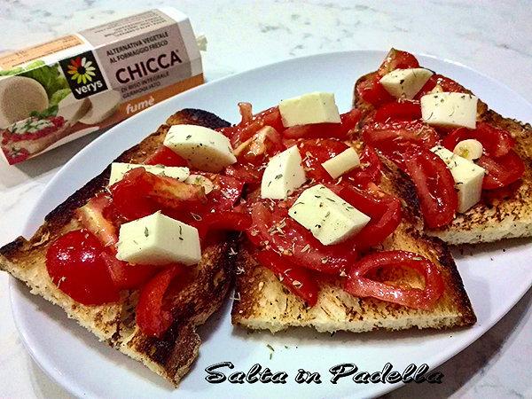 Bruschetta di pane di Matera con pomodorini e Chicca Fumé