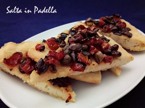 Focaccia con pomodorini sottolio e olive Taggiasche