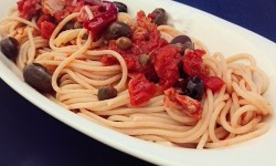 Spaghetti di farro con pomodoro olive capperi e tonno