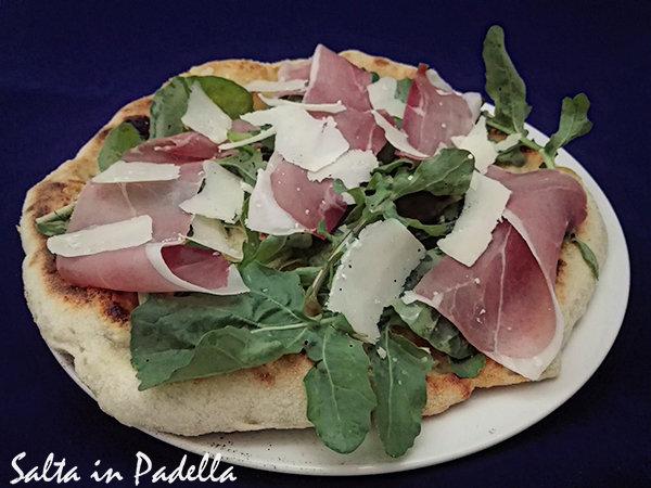 Pizza rucola crudo grana e mozzarella