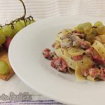 Tagliatelle con salsiccia fresca porro funghi uva e gorgonzola