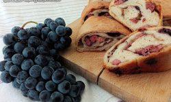 Calzone con uva da vino nera porro salsiccia e provolone piccante