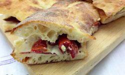 Pitta Calabrese con mozzarella salumi e pomodori rustici