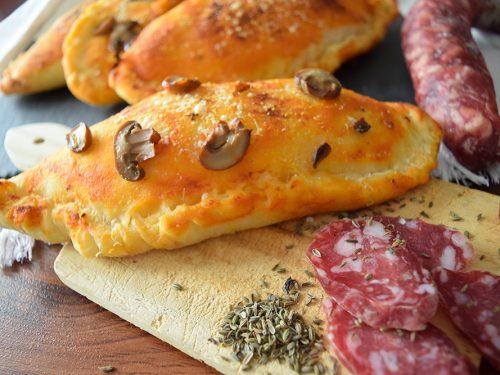 Panzerotti al forno con pomodoro, mozzarella e Lucanica