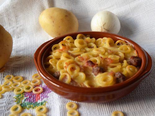 Anelli con salsiccia provola affumicata e patate al forno