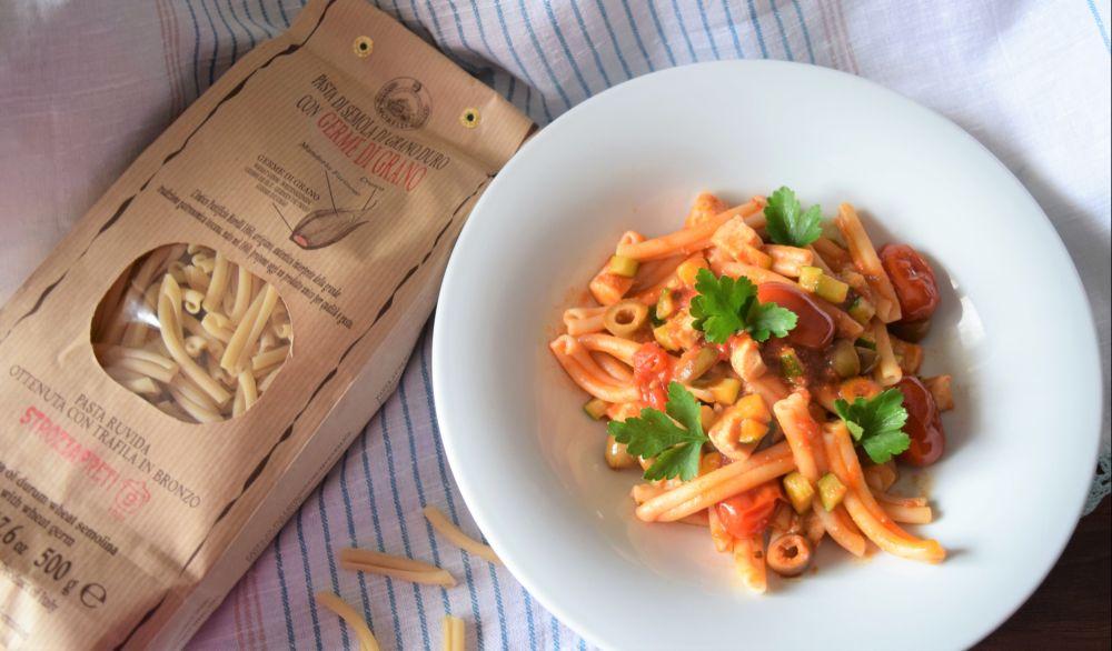 Strozzapreti con pesce spada, zucchine olive e pomodori datterini