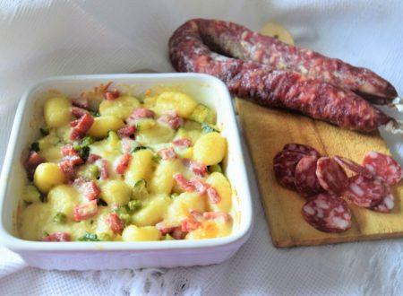 Gnocchi con piselli zucchine salsiccia stagionata e stracchino