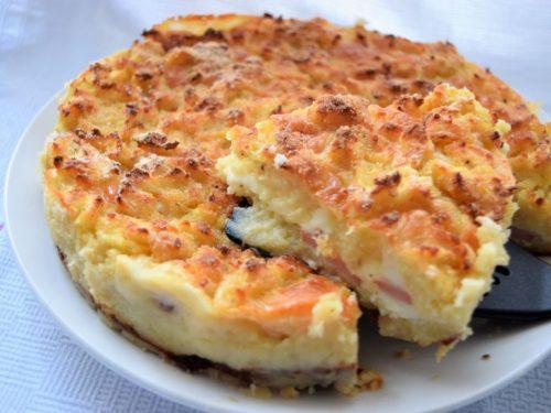 Sbriciolata di patate senza lievito con scamorza e wurstel