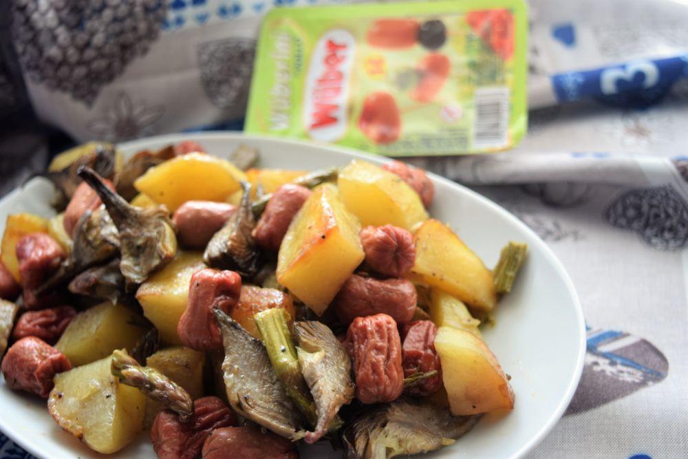 Mini wurstel con patate asparagi e carciofi al forno