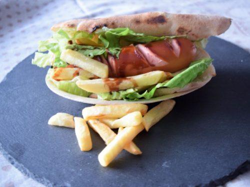 Puccia fatta in casa con wurstel insalata e patatine