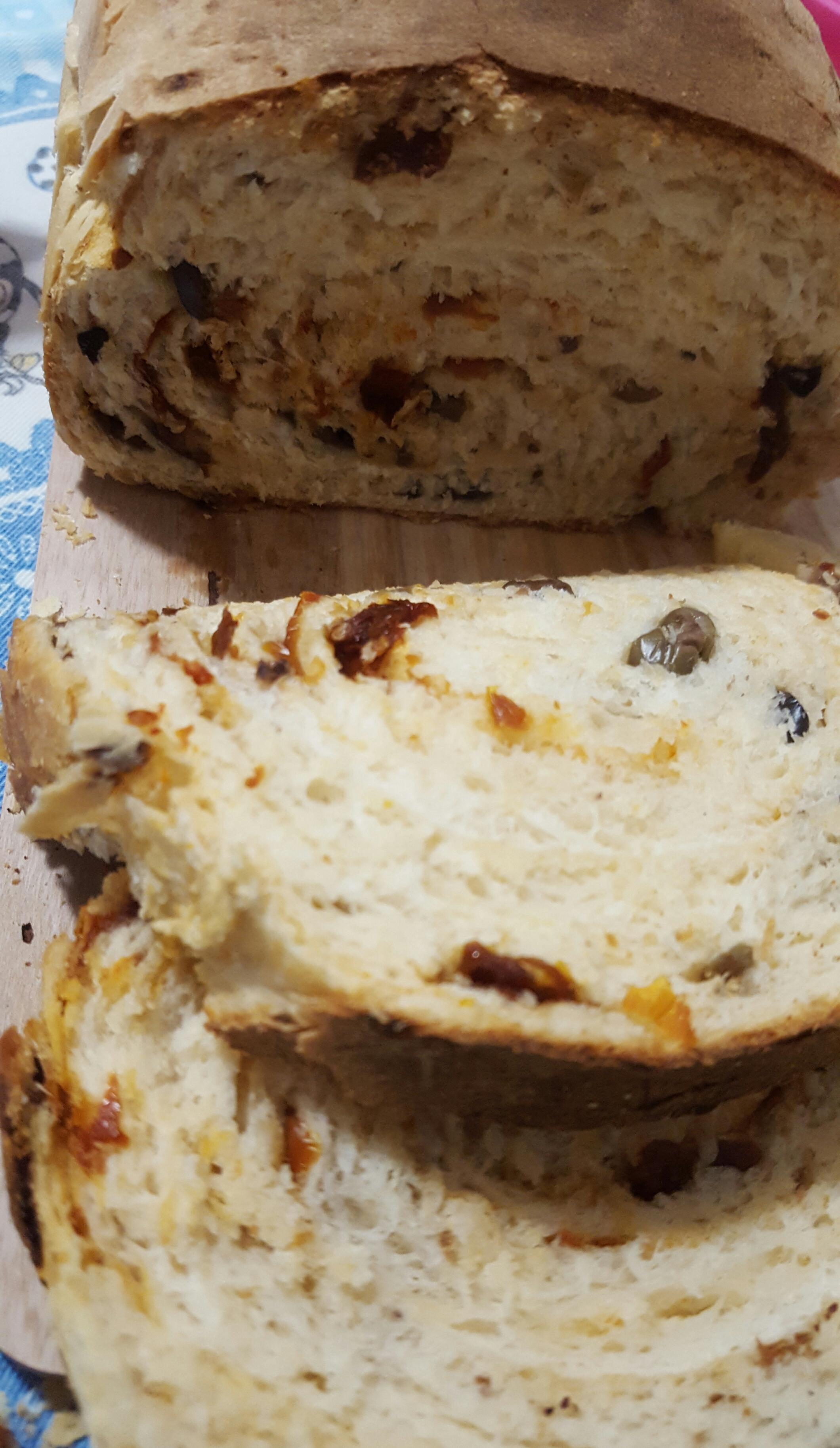 pan bauletto con olive taggiasche e pomoxorini secchi