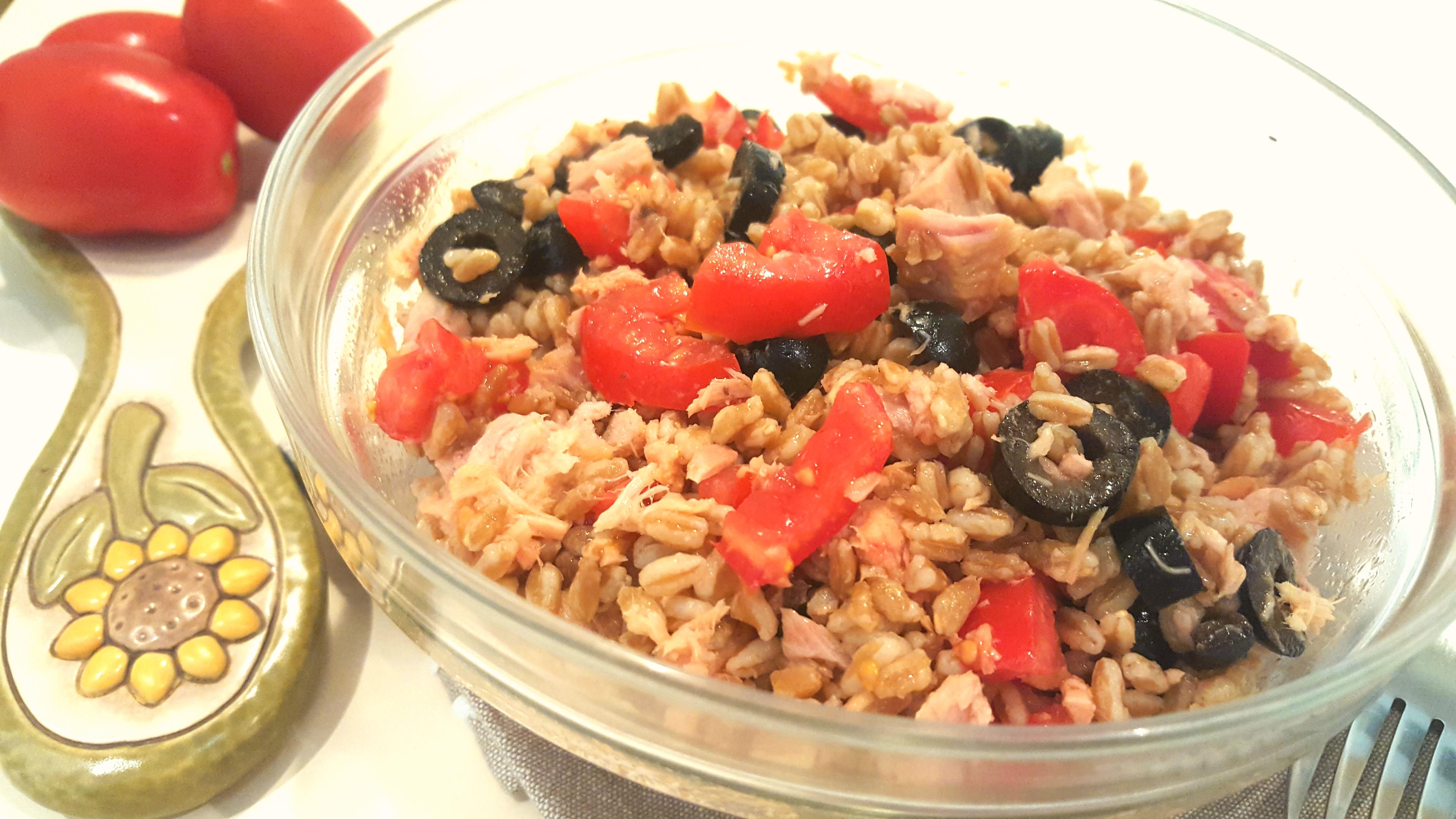 insalata di farro con tonno e pomodorini