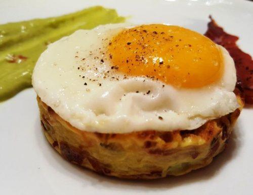 Tortino di patate con prosciutto croccante e uovo al burro