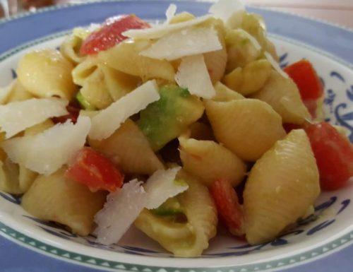 Pasta fredda con avocado, pomodoro, mozzarella e lime
