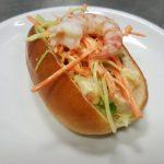 Panino hot dog con gamberi, maionese al wasabi e cruditè di verdure