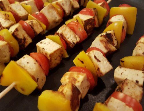 Spiedini di tofu con peperoni e pomodorini