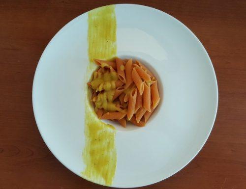 Penne di lenticchie rosse con crema di patate, cipolle e curry