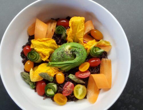 Bowl di riso nero con avocado e fiori di zucca