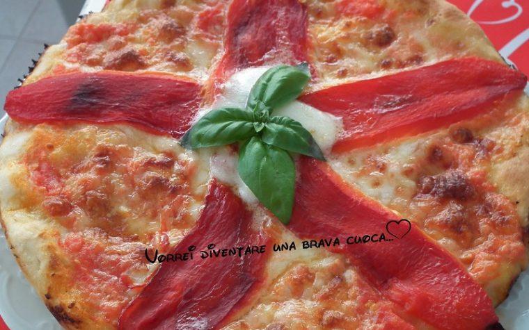 Focaccia con i peperoni e mozzarella