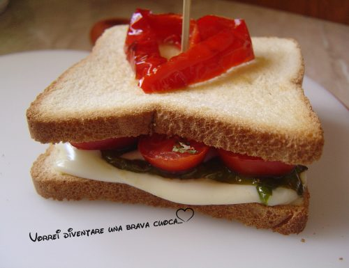 Toast con peperoni, provola e pomodorini