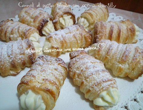Cannoli di pasta sfoglia con crema chantilly