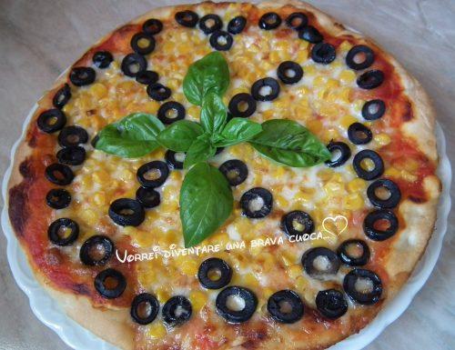 Pizza con mais ed olive nere